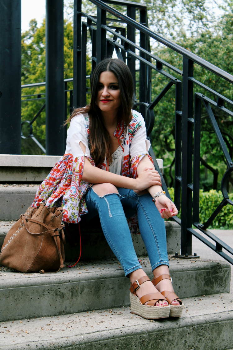 outfit primavera chaqueta estampada paisley sandalias pull&bear blogger moda