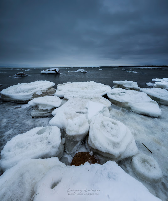 Панорама Финского залива зимой. Лед и серое небо - типичная Питерская погода