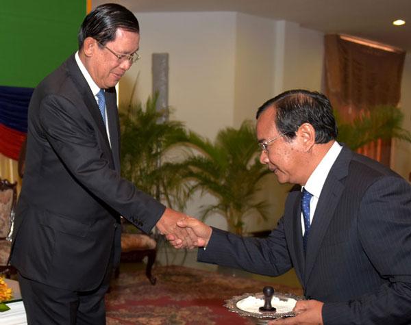 Le Premier ministre cambodgien Hun Sen serre la main au Ministre des Affaires étrangères Prak Sokhon lors d'une cérémonie au ministère des Affaires étrangères à Phnom Penh. AFP - RFA
