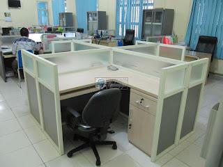 Meja Sekat Kantor Dengan Koneksi Internet (LAN)