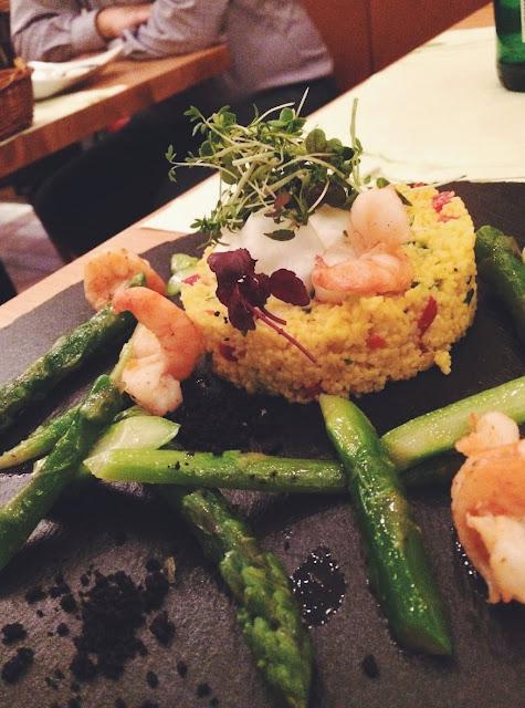 Couscous Salat mit grünem Spargel und Garnelen