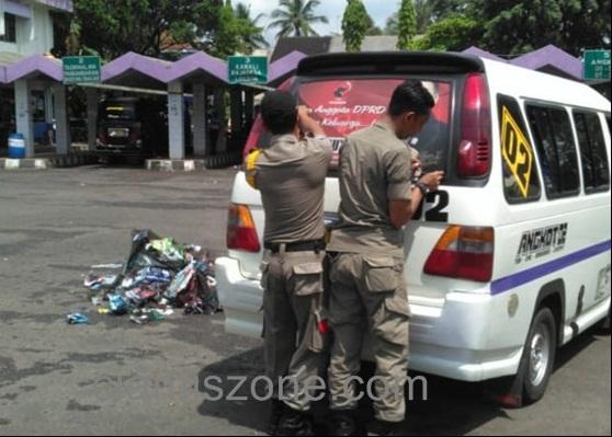 Bawaslu Tertibkan 113 Stiker One Way Caleg di Angkum