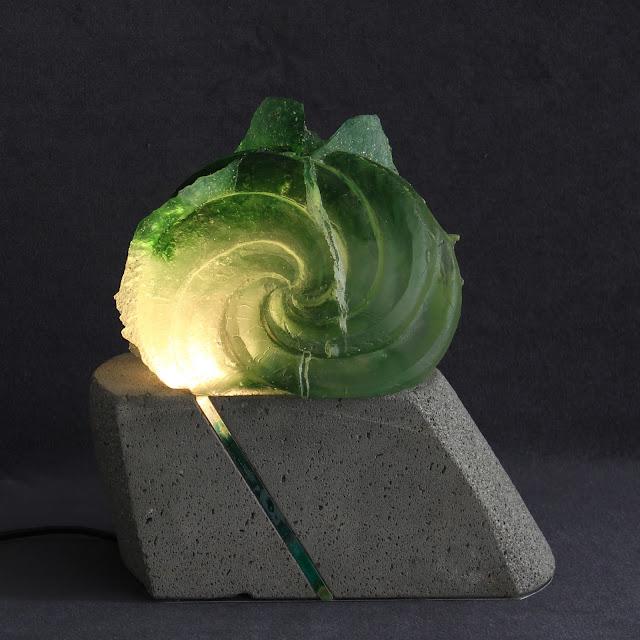 oeuvre en verre coulé sur socle en pierre de Volvic