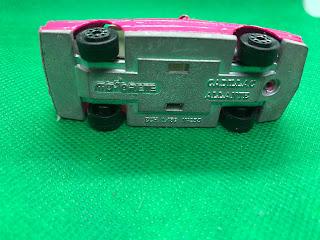 キャデラック アランテ のおんぼろミニカーを底面から撮影