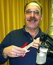 Der Gitarrist Joachim Rohne ist Studiogast im RuhrstadtStudio. Natürlich beherrscht er auch die Technik auf der Fingergitarre. (Foto: Marek Schirmer)