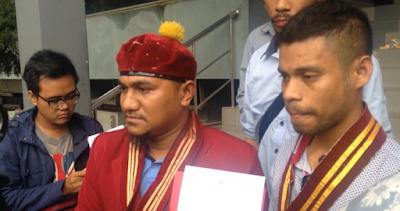 Anggota PP PMKRI menunjukkan surat laporan ke Mapolda Metro Jaya dengan terlapor Habib Rizieq Shihab dan dua netizen tentang dugaan penistaan agama, Senin (26/12/2016).