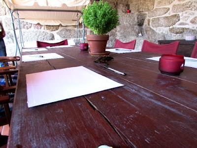mesa com folhas de papel e canetas para fazer desenhos