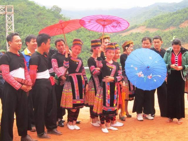Tại đây sẽ diễn ra những trò chơi vô cùng độc đáo của bà con dân bản. Trai gái thì trong những trang phục đẹp múa khèn, ca hát. Đến đây, bạn còn được thưởng thức rất nhiều những loại đặc sản địa phương nổi tiếng.