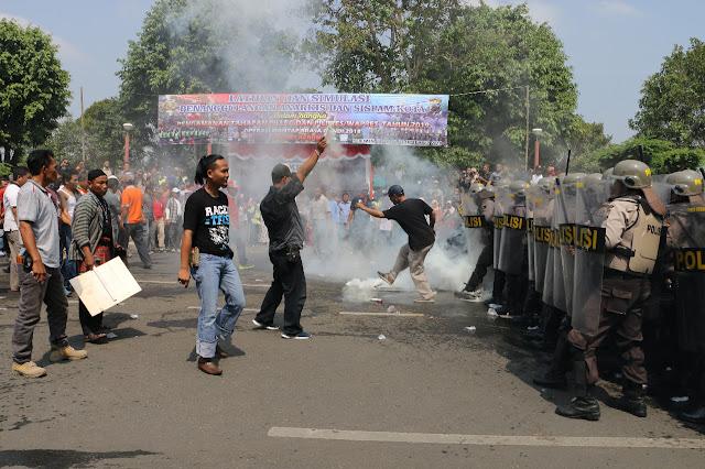 Sispam Kota, Demonstran Bentrok dengan Aparat Kepolisian