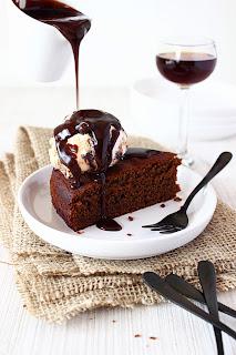 Sticky mokkacake met chocolade-toffeesaus