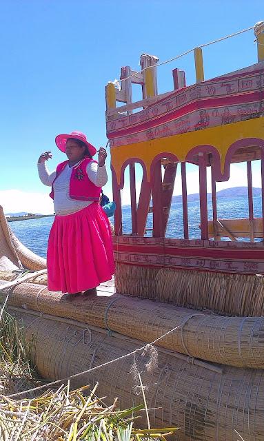 Indianka z Uros zaprasza do wypróbowania trzcinowej łodzi.