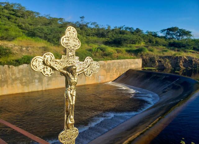 Benção das águas reúne uma multidão às margens da barragem Jatobá em Ipueiras