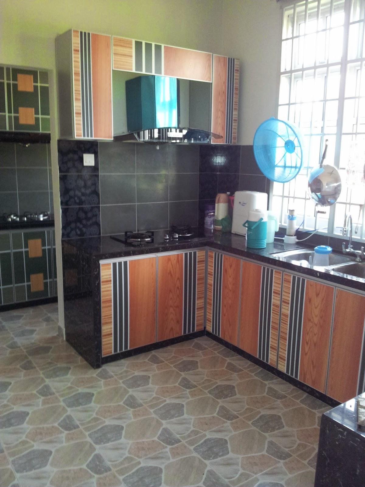 Pemilihan Warna Telah Dilakukan Agar Nampak Sesuai Dengan Bentuk Dapur Walaupun Ruang Kecil Tapi Menarik Dan Kemas