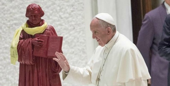 El Papa Francisco junto a la imagen de Lutero