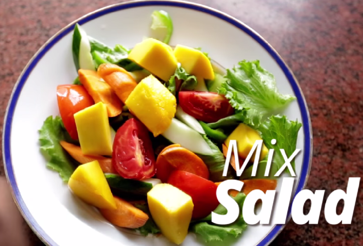 Mix the salad: Lettuce, spinach, green pepper, cucumber, carrot, tomato and mango slices.
