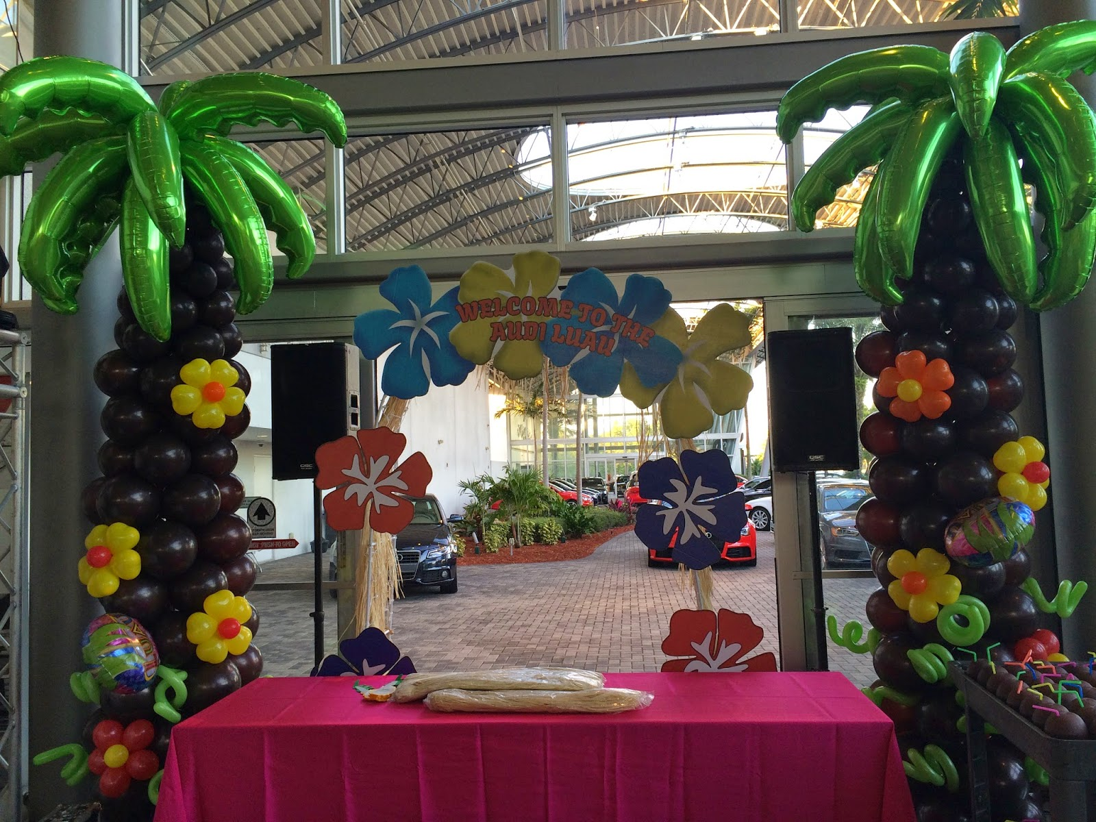 Palm tree balloon column for Hawaii party decoration