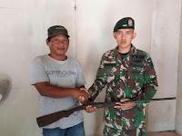 Satgas Pamtas Yonif Para Raider 502 Kostrad Terima Senjata dari Masyarakat