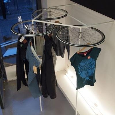 Gantungan baju terbuat dari roda sepeda bekas. Keren.