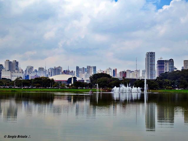 Panoramica do Parque do Ibirapuera com destaque para o lago e chafariz