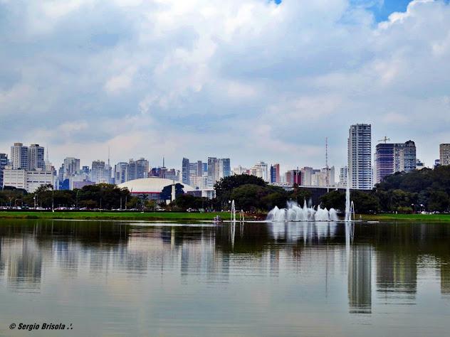 Vista panorâmica do Parque Ibirapuera com destaque para o lago e chafariz