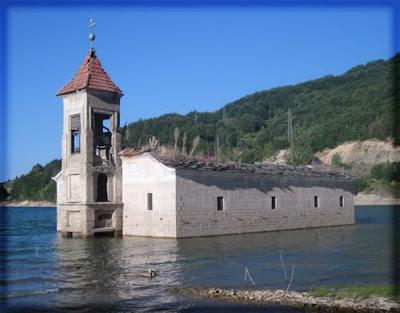 Hermosa iglesias sumergida en un lago