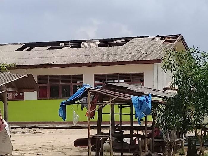 Atap SD Suka Maju Berterbangan di Terjang Angin Puting Beliung.