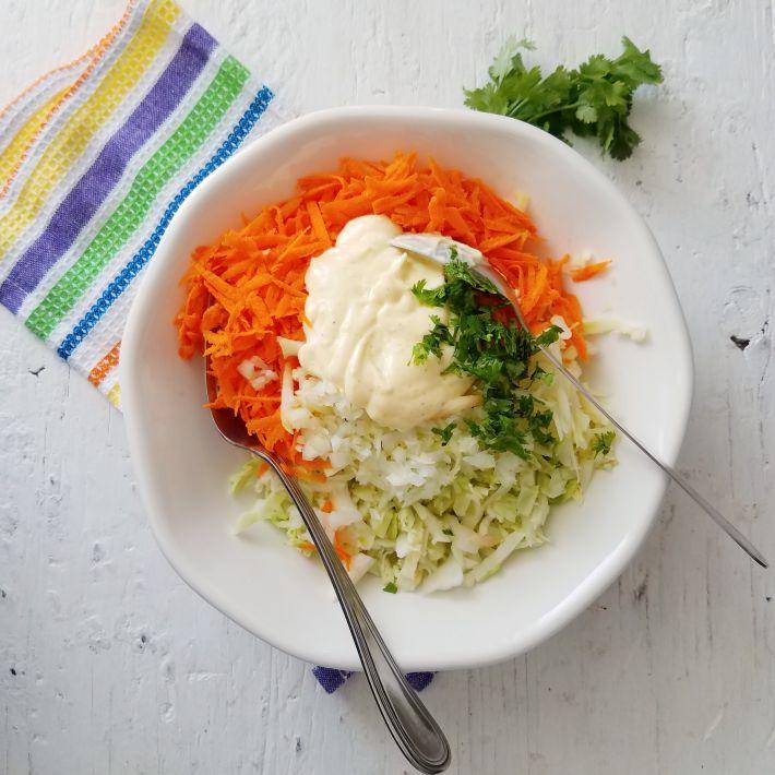 Brócoli slaw, ensalada cruda rallada con aderezo de mayonesa y cilantro