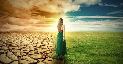 Paisagem, metade árida, seca e a outra metade verde. Uma jovem vestida com roupas longas e verdes caminha, como se estivesse em busca da bonança e de novos dias.
