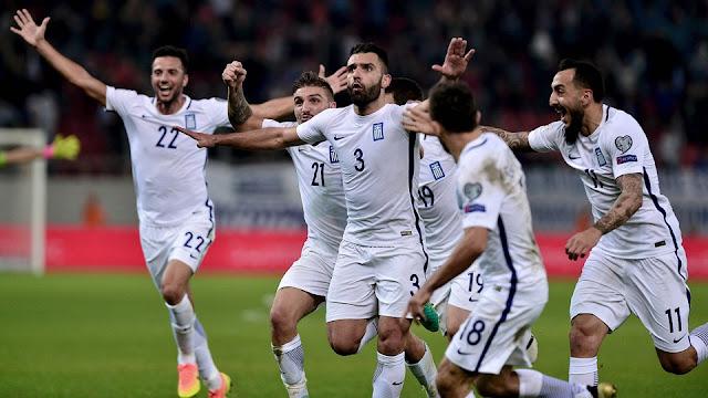 Georgios Tzavelas festeja su gol con Andreas Samaris, Konstantinos Stafylidis, Sokratis Papastathopulos, Konstantinos Mitroglou y Ioannis Gianniotas