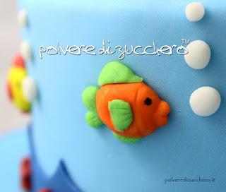 torta mare pasta di zucchero cake design fondale marino polvere di zucchero balena pesci squalo delfini sea cake
