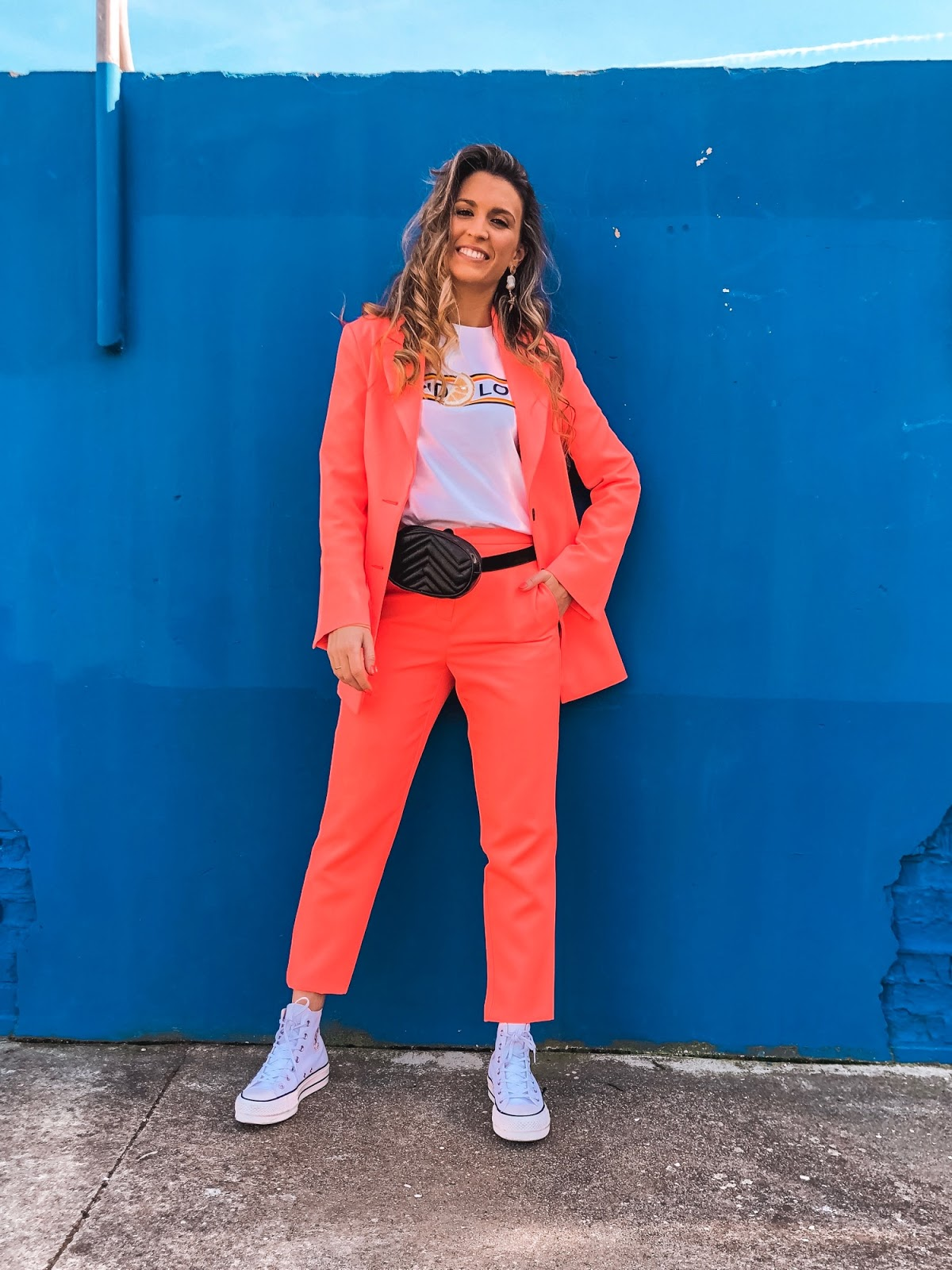 traje color naranja mujer