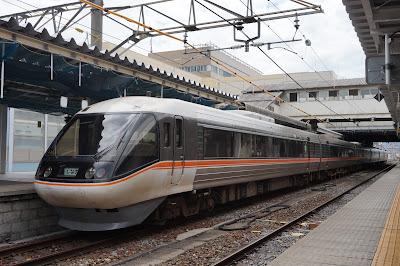 長野駅停車中の383系特急しなの