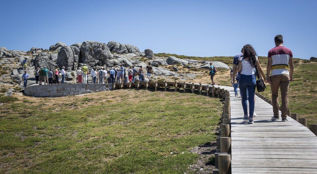 Caminho de madeira para as pedras boroas