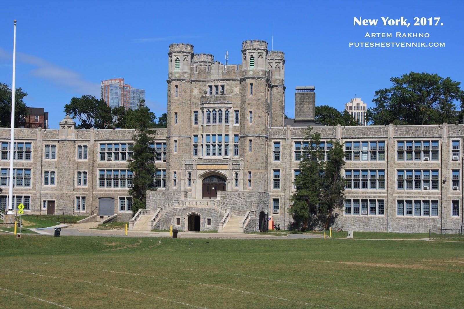 Здание школы в виде замка