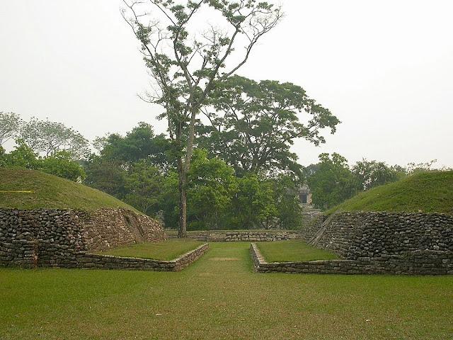 Elément incontournable de tout site maya : le terrain de balle. Un jeu terrible puisque les perdants pouvaient perdre la vie… un honneur pour nourrir les dieux.