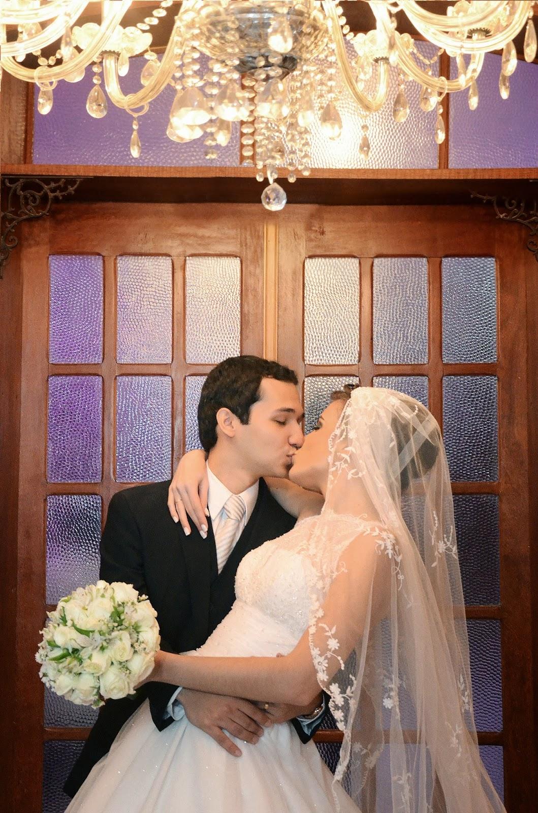 festa - recepção - noivos - beijo