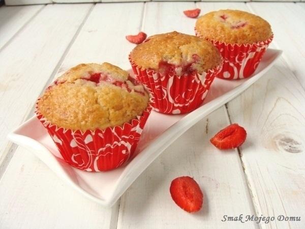 Migdałowe muffinki z truskawkami