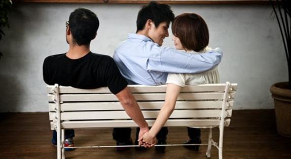 pareja y amigo en una banca