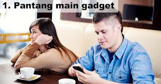 Pantang main gadget saat kencan pertama!!