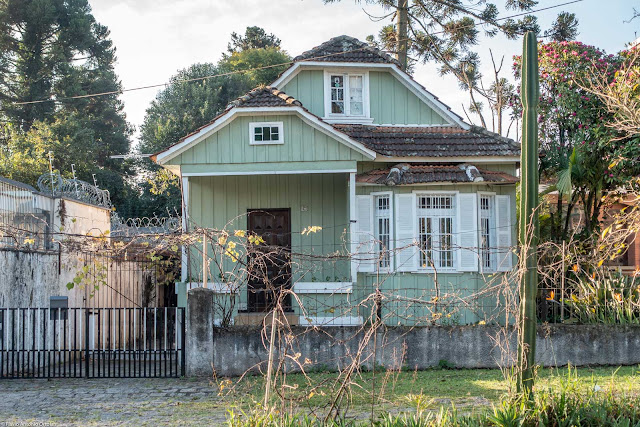Uma bela casa de madeira na Doutor Goulin
