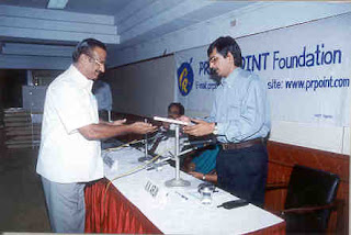 Mr K Rajendran, former Banker and Advisor of the Foundation presenting memento to Mr K N Arun, Panelist