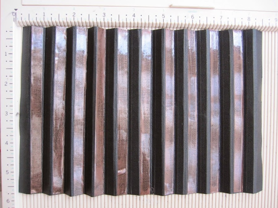 paso 2 tutorial mini-álbum scrapbook, lomo negro plegado y con cinta adhesiva de doble cara pegada en los dobleces