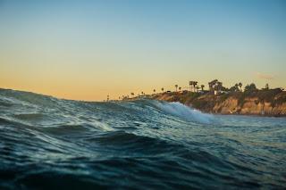 Une grande vague approche la plage