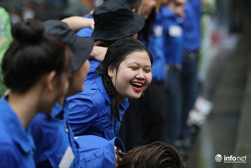 Chùm ảnh lực lượng tình nguyện đội mưa làm hàng rào tại Đền Hùng - Ảnh 12