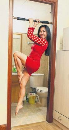 The 47-year-old S'pore woman that wowed the Internet with her 'pull-up dance'