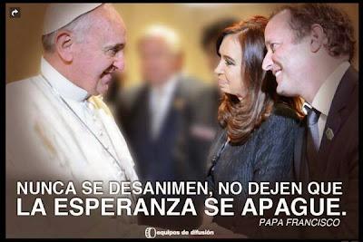 Afiches de campaña con la foto del papa Francisco junto a la presidenta Cristina Kirchner y Martín Insaurralde