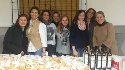 Un grupo de madres de alumnos han colaborado en el desayuno andaluz.