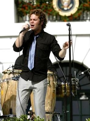 Foto de Andrés Cabas cantando en el escenario