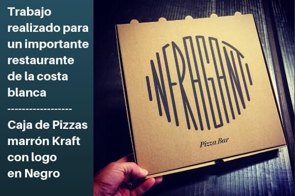 cajas de pizzas marrón kraft con logo en negro