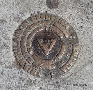 Placa geodésica en el atrio de Nuestra Señora de la Soledad en Santa Cruz de las Flores